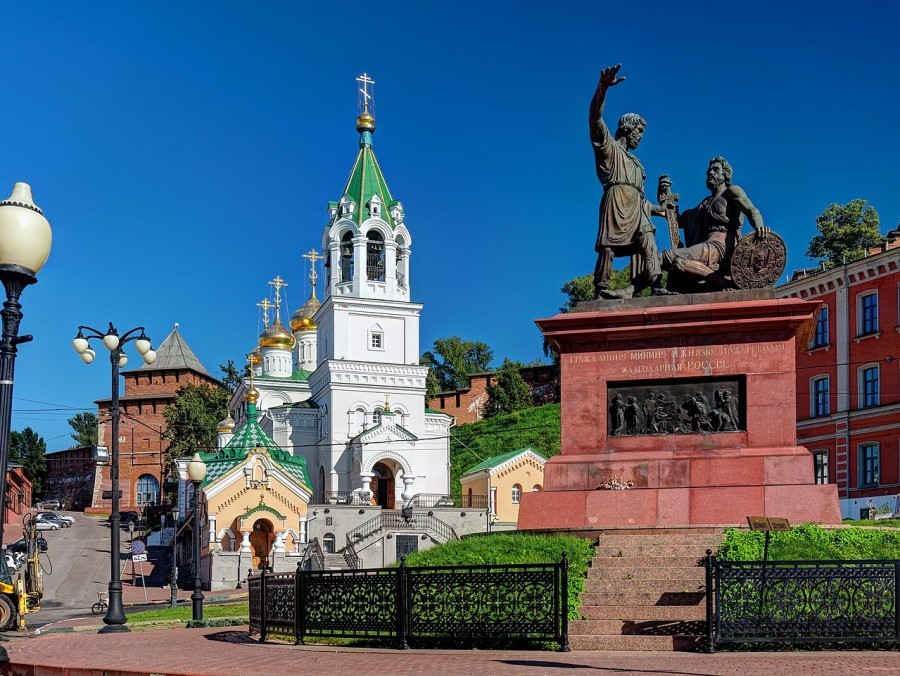 1280px-Nizhny_Novgorod._Church_of_Saint_John_the_Baptist._Monument_to_Minin_and_Pozharsky_P8132477_2475.jpg