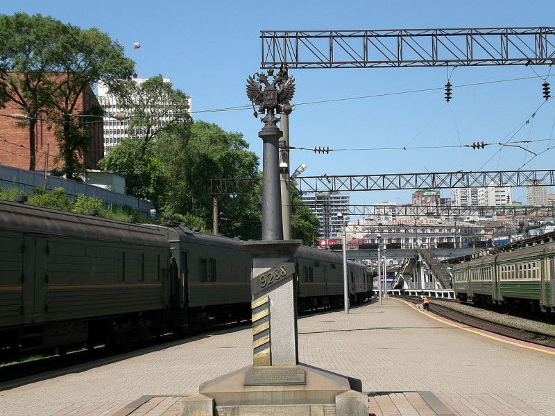 1280px-Vladivostok_distencemonument.jpg